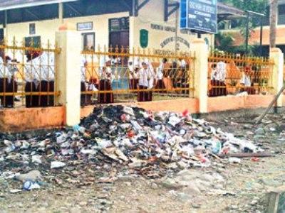 Sampah Menumpuk di Depan SDN 0102 Sibuhuan