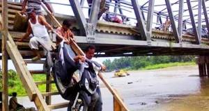 Sepeda motor melalui tangga