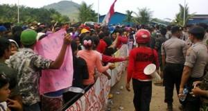 Karyawan PT RMM unjuk rasa