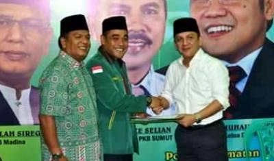 Ketua PKB Madina Faslah Siregar dan Ketua tim penjaringan Edi Anwar menerima naskah pendaftaran dari Ivan Batubara