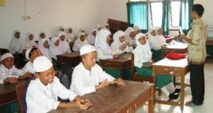 pelajar sedang belajar di madrastah