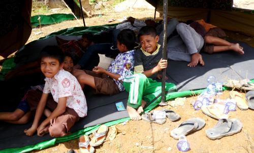 Anak anak korban kebakaran Desa Ujung Marisi tinggal di bawah tenda darurat