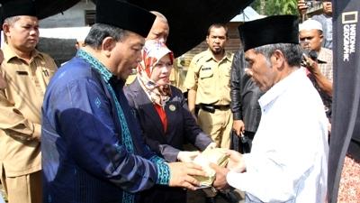 Bupati dan Ketua DPRD Madina menyerahkan bantuan kepada korban kebakaran di Desa Ujung Marisi, Kotanopan