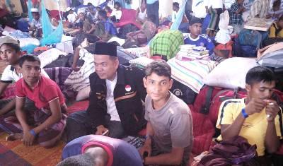 Ketua Karang Taruna Madina Al Hasan di tengah pengungsi Rohingya di Langsa