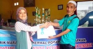 Khoirunnisa Lubis mewakili kordinator  CDCR PT.SMGP menyerahkan bantuan kepada Wakil  Ketua PBSI Madina, Muhammad Khoiruddin