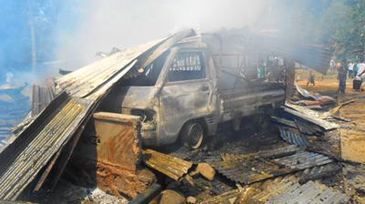 Satu unit mobil turut terbakar bersama 8 rumah di Desa Ujung Marisi