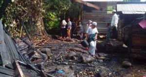 Beberapa warga mengamati sisa kebakaran pondok santri di Ponpes Mustofawiyah Purba Baru