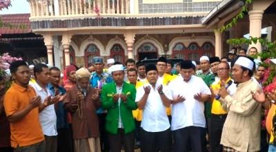 Tim Saparuddin Haji berdoa sebelum mendaftar