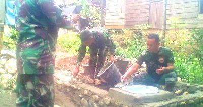 Anggota Koramil 14 Kotanopan saat mengerjakan pembangunan jamban di pemukiman warga