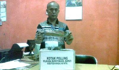 Iskandar Hasibuan ketika membuka kotak polling