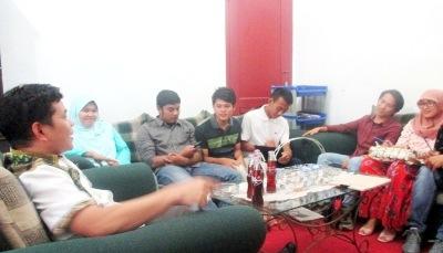 Ketua KPU Madina Agus Salam Nasution saat menerima rombongan IKAS Plus di ruang kerjanya