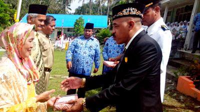 Sahriawan Nasution memberikan bingkisan kepada veteran di Panyabungan Timur