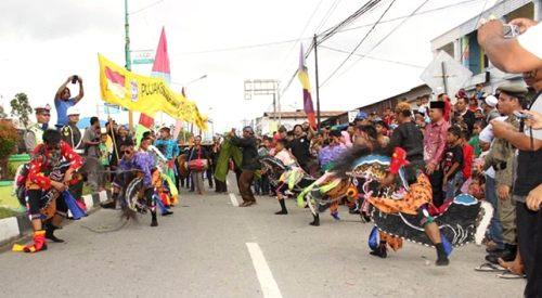 Sejumlah etnis Jawa ambil bagian  bermain kuda kepang di karnaval HUT RI ke-70 di Panyabungan