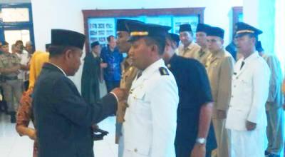 Sekda Madina Syafei Lubis menyematkan pin kepada salah satu pejabat yang dilantik