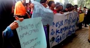 Unjukrasa warga Tapus, Lingga bayu di DPRD Madina minta izin PT.M3 dicabut, Rabu 12 April 2015