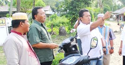 Dahlan Hasan dengan warga soal pembangunan desa