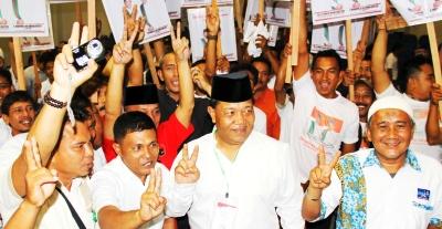 Dahlan Hasan diantara pendukung mengacungkan  salam dua jari