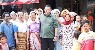 Foto bersama dengan warga Muara Batang Angkola