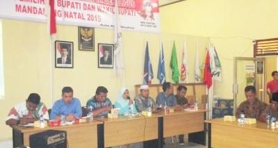 Mas Khairani  didampingi ketua dan komisioner KPU Madina  lainnya menjelaskan SMS Center