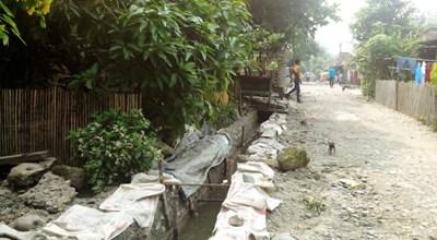 Sejumlah pria berjalan di dekat proyek parit di Gunung Baringin
