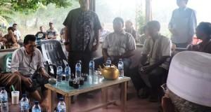 Warga Desa Aek Jangkang, Kecamatan Padang Bolak berkumpul untuk memusyawarahkan terkait keresahan yang menimpa desanya, Kamis (3/9).