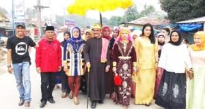 Anggota DPRD Madina Teguh W Hasahatan Nasution dalam prosesi adat pernikahan di Muara Batang Gadis, Mandailing Natal