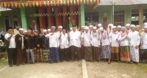 Saparuddin-Miswaruddin foto bersama dengan santri Ponpes Darul Hadist