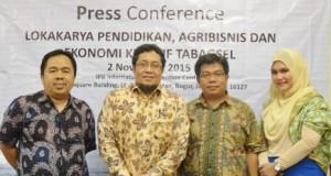 Dari kiri ke kanan, Ayub S Pulungan (Ketua Forum Masyarakat Peduli Tabagsel), Prof. Dr. Hermanto Siregar,M.Ec (Wakil Rektor IPB),  Dr. Kiman Siregar, S.TP, M.Si (Ketua Pelaksana-Sekjend Ikamatabagsel-Bogor), Itho Simamora,SH (Forum Masyarakat Peduli Tabagsel)