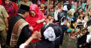 Bupati Dahlan Hasan bersama istri saat menortor bersama dengan penari tortor di Simangambat