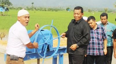 Bupati Madina Dahlan Hasan usai meresmikan pintu air di Desa Sihepeng, Siabu