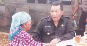 Dahlan Hasan Nasution berdialog dengan seorang ibu saat kunjungan ke desa