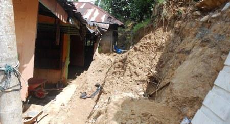 Dua rumah korban bukit longsor setelah dibersihkan