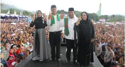 Pasangan Dahla-Sukhairi bersama istri di kampanye akbar, Sabtu 28 November 2015