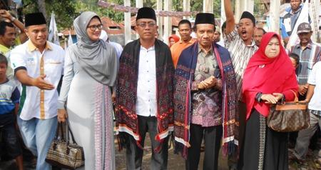 Pasangan Yusuf-Imron bersama istri saat tiba di Tamiang, Kotanopan