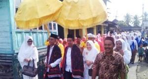 Pasangan Yusuf-Imron saat diarak di Pidoli Lombang