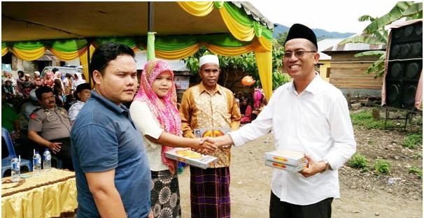Yusuf Nasution memberikan bingkisan kepada Guru di Lumban Dolok