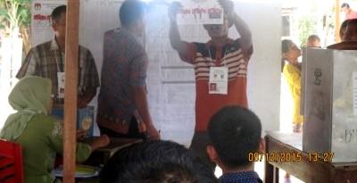 Petugas KPPS sedang melakukan proses penghitungan suara yang berlangsung di TPS VI Kelurahan Kota Siantar Kecamatan Panyabungan, Rabu (9/12)