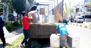 Sejumlah petugas dari KPU Madina memasukkan kotak suara ke dalam truk (foto: Agus Salam Nasution)