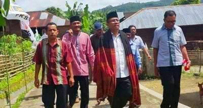 Yusuf Nasution memakai ulos saat tiba di Pakantan