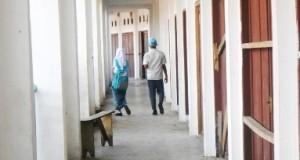 Dua pelajar berjalan di koridor  lantai 2 ruko Pasar Kotanopan