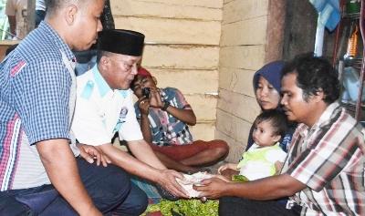 Iskandar Hasibuan menyerahkan uang yang terkumpul di hari pertama sebesar Rp. 1.468.000 kepada orang tua Rizky Wasiah di Desa Huraba II, Kecamatan Siabu, Mandailing Natal, Jum'at (221)