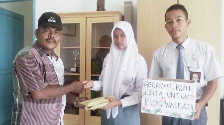 Kholil Azhari Nasution dan Rahmayana Nasution menyerahkan dana terkumpul kepada perwakilan panitia Graeakan Koin Cinta Untuk Rizky Wasiah, Fahrur Rozi