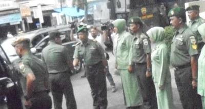 Pangdam I Bukit Barisan Mayjen TNI Lodewyk Pusung saat tiba di markas Koramil 13/Pyb