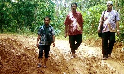 Tiga orang guru SD Negeri 282 Tor Naincat jalan kaki menuju sekolah