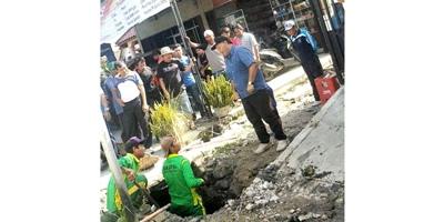 Bupati Madina Dahlan Hasan Nasution mengarahkan petugas kebersihan di satu saluran parit kota Panyabungan