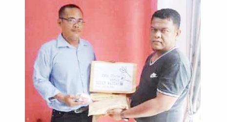 Indra Budiman Lubis perwakilan warga Sinunukan menyerahkan donasi warga Sinunukan kepada Moechtar Nasution, penggagas Gerakan Koin Cinta Untuk Rizky Wasiah