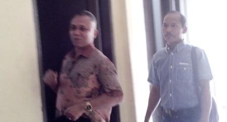 Kadis Perhubungan Madina Harlan Batubara dan Pengacara Hukum di luar ruangan Sat Reskrim Polres Madina