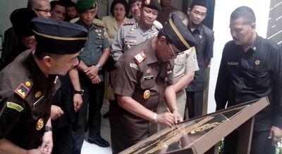 Kajatisu Muhammad Husni  meneken prasasti peresmian gedung Kejari Panyabungan
