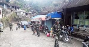 Pasukan Koramil 13 Panyabungan berjaga-jaga di Desa Rantonatas