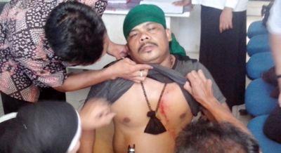 Salah satu korban tembak ketika diperiksa di Puskesmas Gunung Baringin
